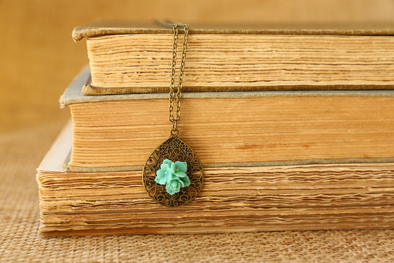 Simple Moroccan filigree adorned with a flower cabochon