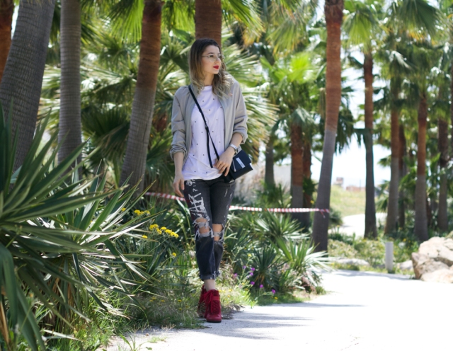Mbcos fashion blogger streetstyle looks inspiration red sneakers bomber jacket denim trends